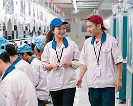 探秘苹果手机代工厂:机器贴膜,苹果工程师常驻