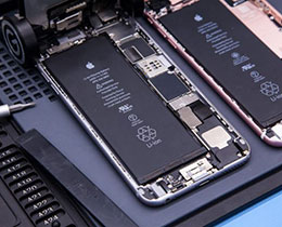 考虑到安全因素,苹果不允许在自家零售店内更换膨胀的电池