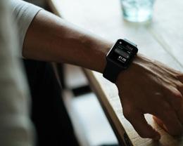如何在 Apple Watch 上使用拆分的帐单和小费计算器功能?