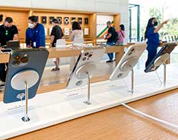 Apple Store 采用全新 MagSafe 展示架,悬空展示 iPhone