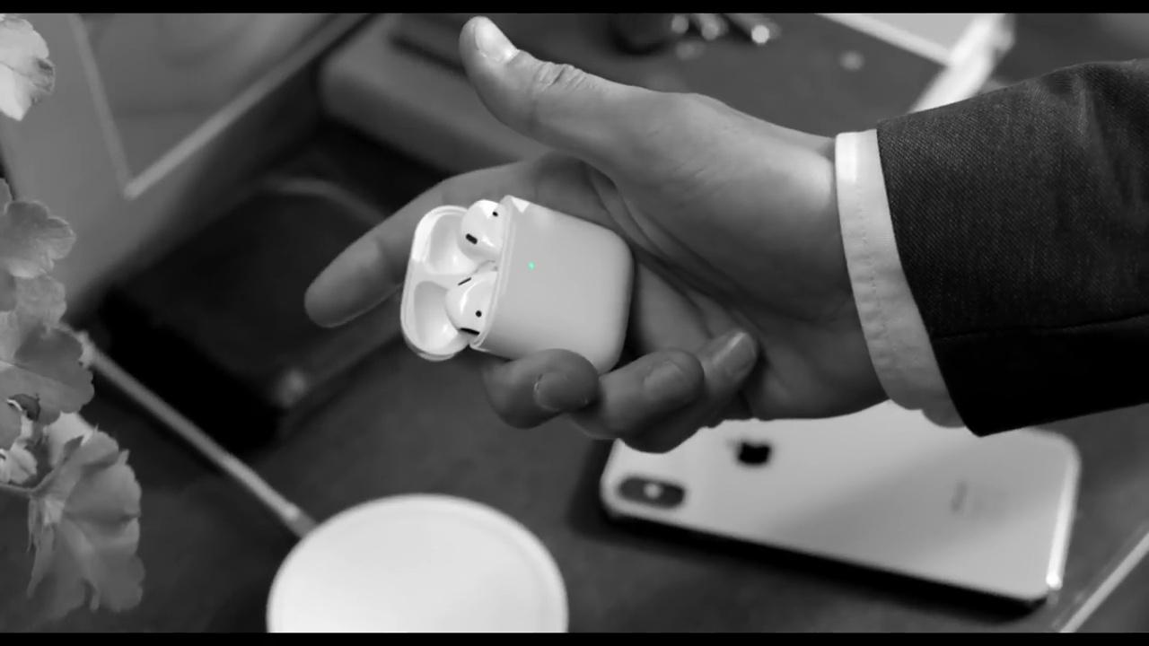 苹果分享 AirPods 新广告,创意黑白风格