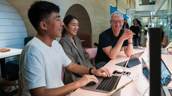 库克访问泰国曼谷:会见摄影师、学生和 WWDC 获奖者