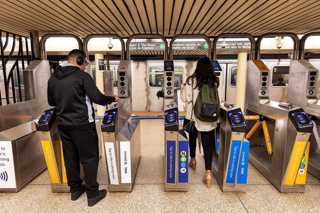 紐約數十名 iPhone 用戶坐地鐵意外被二次收費