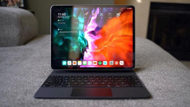 如何在已连接外接键盘的 iPad 上激活虚拟键盘?